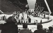 Występ zespołu ludowego w Parku Dolinka w Elblągu [fotografia]