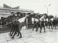 Defilada na Placu Jagiellończyka w Elblągu [fotografie]