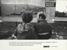 Turyści przy mapie Krynicy Morskiej