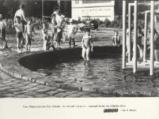Kąpiące się dzieci w baseniku w Elblągu