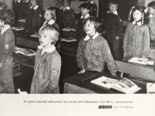 Uczniowie klasy pierwszej w szkole