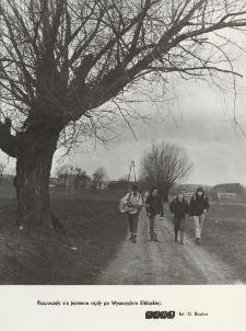 Turyści na jesiennym szlaku