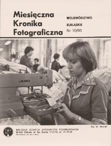 """Pracownica Zakładów Przemysłu Odzieżowego """"Truso"""" przy maszynie"""